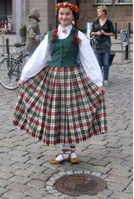 Begegnung in Riga. Ein lettisches Mädchen in Tracht