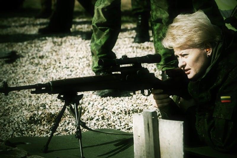 """LLP# Grybauskaitë Kariuomenë Ðaudymas Rukla Jonava Dalia Grybauskaitë: turime sudaryti galimybæ kiekvienam ginti savo ðalá. Valdo Kopûsto (ELTA) nuotr. Rukla, 2009 m. rugsëjo 29 d. (ELTA). Atsisakiusi privalomosios karo tarnybos Lietuva kurs rezervà. Artimiausiu metu bus pristatyti planai, kaip ðis procesas vyks, teigia Prezidentë Dalia Grybauskaitë. Antradiená ðalies vadovë, kraðto apsaugos ministrë Rasa Juknevièienë ir Lietuvos kariuomenës vadas Arvydas Pocius lankosi Rukloje, Jonavos rajone, Motorizuotojoje pëstininkø brigadoje """"Geleþinis Vilkas"""". Èia jie susitinka su Lietuvos kariuomenës atstovais, Gaiþiûnø poligone stebi karines pratybas. rb"""