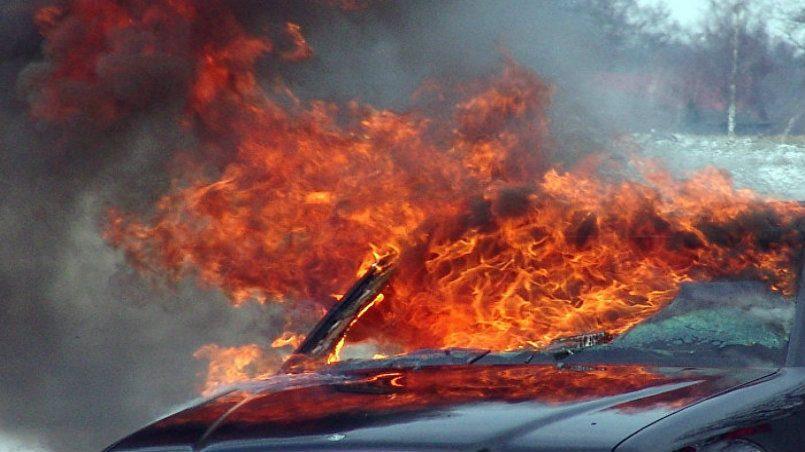 Das Video zeigt, wie das Feuer vom Auto fast vollständig umschlossen wurde.
