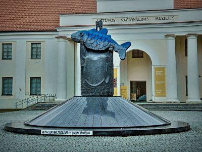 Litauischer König hält 'den letzten Kabeljau': Straßenkunst prangert drohendes Desaster in der Ostsee an