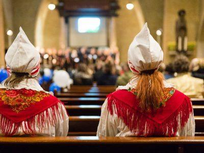 Zwei in Amsterdam lebende estnische Frauen tragen traditionelle Trachten, während sie die Volkskultur ihres Landes mit anderen estnischen Auswanderern feiern. Das Bild ist illustrativ. Foto von Maarten Laupman.